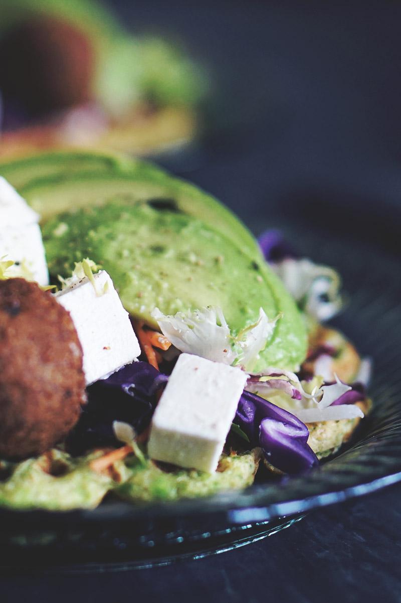 Opskrift: <strong>Sunde æggevafler</strong> med falafler og grønt 9