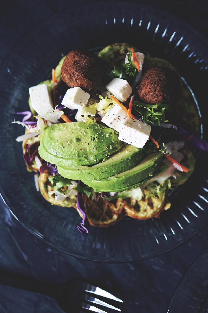 Opskrift: <strong>Sunde æggevafler</strong> med falafler og grønt 5