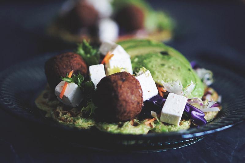 Opskrift: <strong>Sunde æggevafler</strong> med falafler og grønt 7