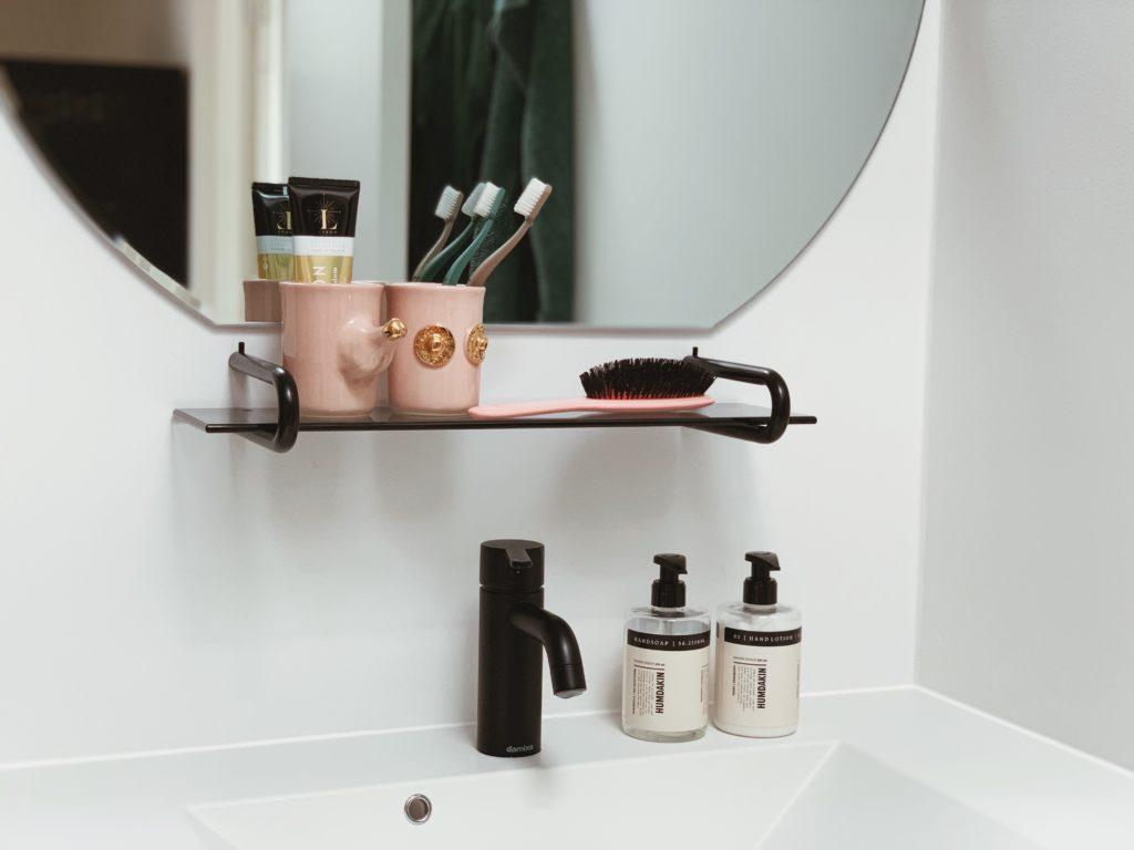 Vores badeværelse: Sorte detaljer med <strong>Knud Holscher</strong> serien 8