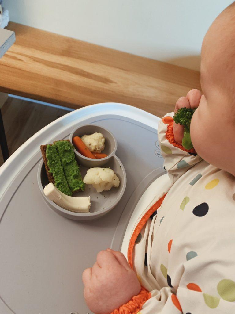 Overgangen fra mos til <strong>fingermad</strong> - Baby 8 måneder 7
