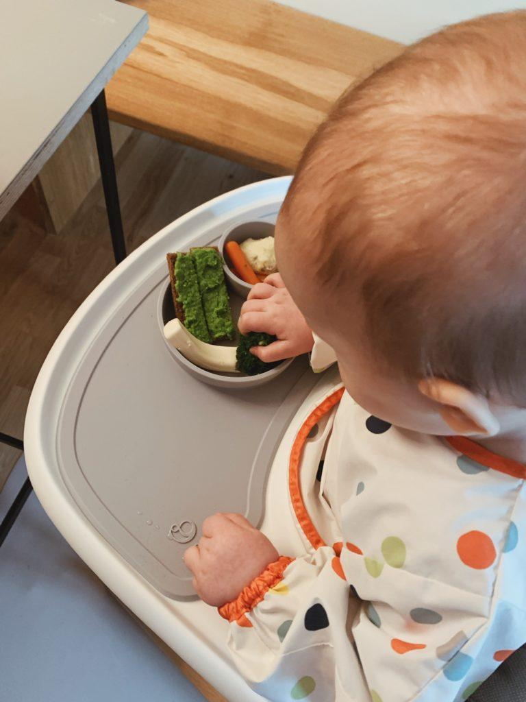 Overgangen fra mos til <strong>fingermad</strong> - Baby 8 måneder 5
