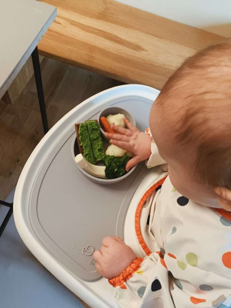 Overgangen fra mos til <strong>fingermad</strong> - Baby 8 måneder 3